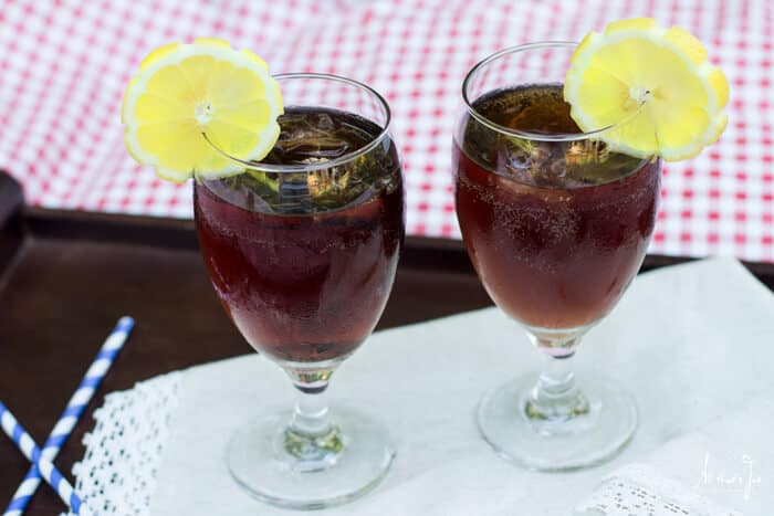 This Italian iced tea cocktail is served with a fresh lemon wedge.
