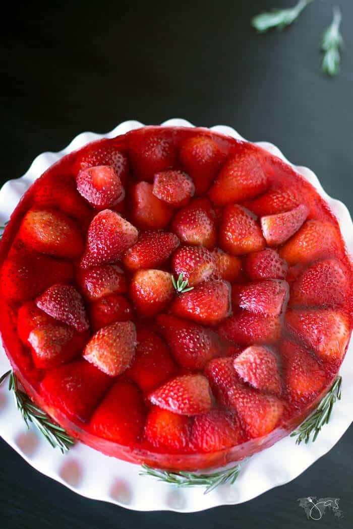 This strawberry, apples, and oatmeal cake with jello is tasty.