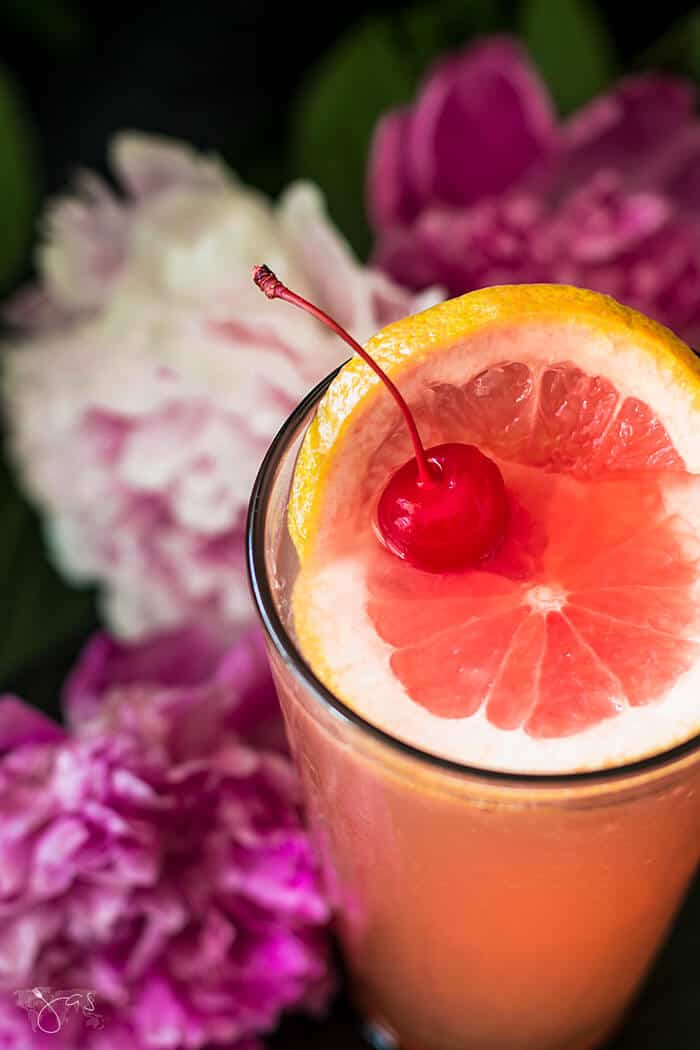 Grapefruit Tequila Sunrise - Easy to make favorite cool-down cocktail for hot summer nights. | allthatsjas.com |