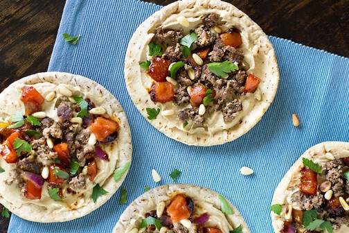 These Turkish-style lamb and hummus pitas with Mediterranean flavors are not only absolutely delicious, they are easy and quick to make too. | allthatsjas.com | #pita #lamb #recipes #recipeoftheday #hummus #groundlamb #lamb #Mediterranean #ethniccuisine #internationafood #easy #quick