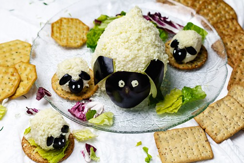 This cheese ball appetizer is perfect to serve with crackers