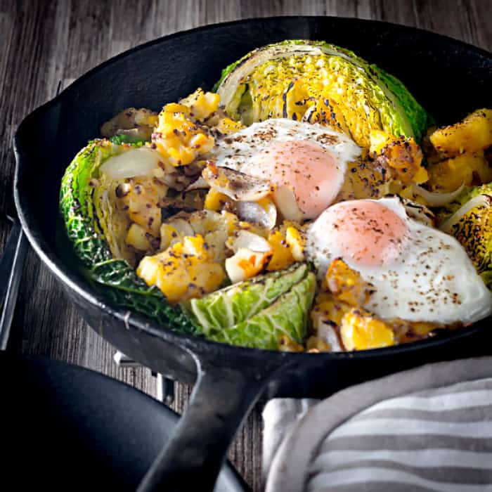 Savoy cabbage with fried eggs